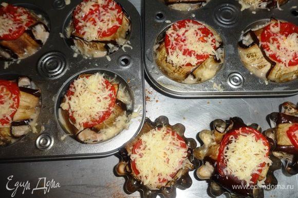 Поверх помидоров посыпать сыром. Поставить формочки с фрикадельками в разогретую до 180°C духовку и запекать в течение 35–40 мин.