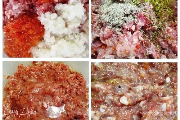 Мясо прокручиваем на мясорубке вместе с луком, добавляем аджику (у меня домашняя), специи и соль. Вливаем воду. Фарш должен получиться вязким, но не плавать в воде.
