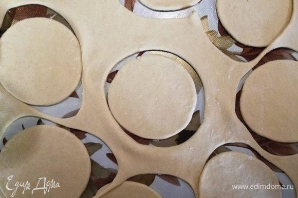 Тонко раскатываем тесто и вырезаем круглые заготовки примерно 10–12 см в диаметре.