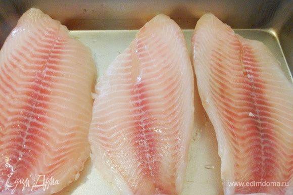 Разморозить филе тилапии на нижней полке холодильника. Я выбрал именно эту рыбу, потому что мясо тилапии нежное, после запекания достаточно плотное. Тилапию еще часто называют «морской курицей».