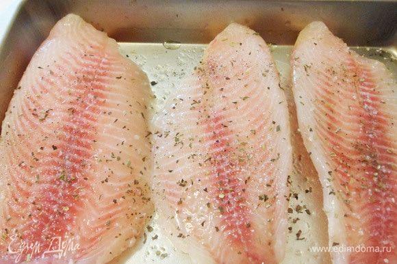 Филе тилапии обмазать растительным маслом и положить в форму для запекания. Рыбу посолить, сверху посыпать любой приправой для рыбы.