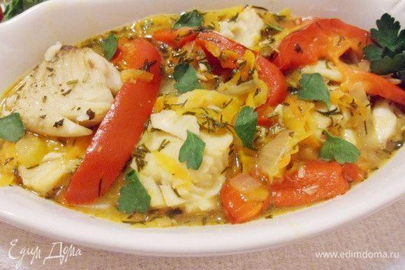 Можно подать гуляш с отварным рисом или картофелем, а можно просто выложить в овальную тарелку и есть с хлебом (с бородинским).