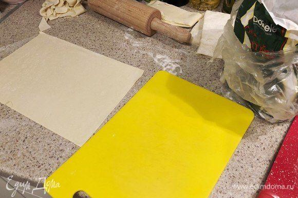 Тесто раскатать в пласт толщиной 1 мм и вырезать по форме (чтобы были одинакового размера).