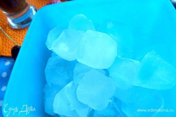 У меня сейчас фабрика по изготовлению льда, конвейер просто! 3 ванночки трудятся в поте лица: вытряхиваю, заполняю и т.д. Всегда лед должен быть под рукой страждущим домочадцам, да и себе любимой:)