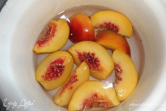 В кастрюлю налить воду, положить 2 ложки сахара, вскипятить. В кипящий сироп положить нарезанные персики. Бланшировать 2–3 мин. Огонь выключить, дать постоять персикам в сиропе минут 5. Затем вынуть. Сироп остудить до комнатной температуры. Он получится нежного розового цвета.