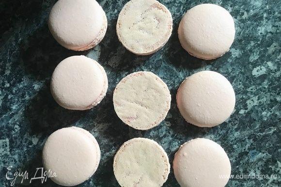 Отсадить на пергамент кругляши, выпекать 15–20 мин. при 160°C и готовые макарон аккуратно снять с пергамента.