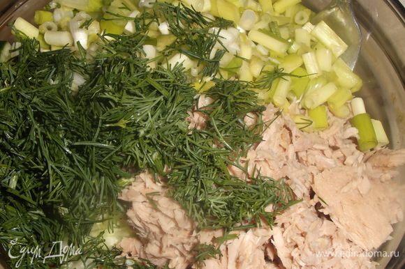 С банки тунца в собственном соку слить жидкость, размять вилкой. Нарезать зеленый лук и укроп. Соединить все ингредиенты, посолить по вкусу.