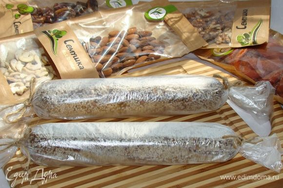 Колбаски завернуть в пищевую пленку и положить в холодильник на 2–3 часа.