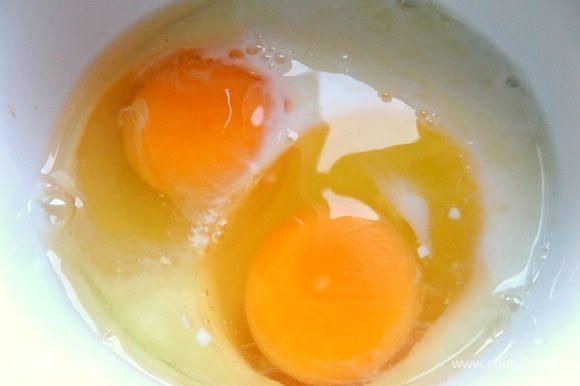 Отдельно вбить яйца в молоко.