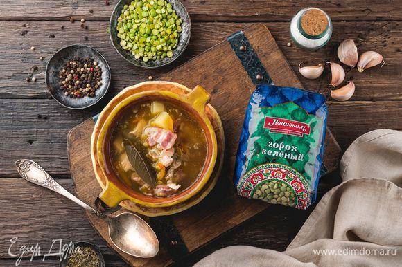 Когда горох будет почти готов, можно закладывать в кастрюлю жареные овощи с беконом и курицей. Добавьте соль и специи, доведите суп до готовности на медленном огне.