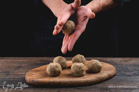 Охладите полученную массу в холодильнике, смочите руки в воде и начинайте лепить шарики диаметром 5–6 см.