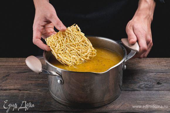 Когда маш будет почти готов, положите домашнюю лапшу и мелко нашинкованную зелень. Суп будет готов, как только сварится лапша.