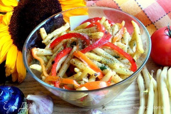 Салат можно приготовить одновременно, пока варится картошка.