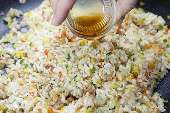 Добавьте устричный соус, кунжутное масло и белый кунжут. Все перемешайте и готовьте 5–7 минут. В конце добавьте соль (1 щепотку), черный перец и перемешайте.