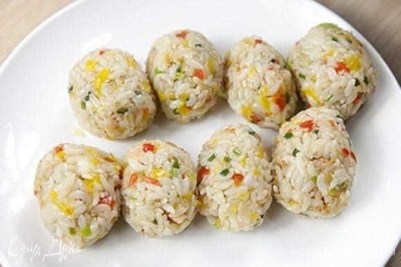 Остудите готовый рис с овощами и креветками, и сформируйте крокеты овальной формы. Должно получиться 8 штук.