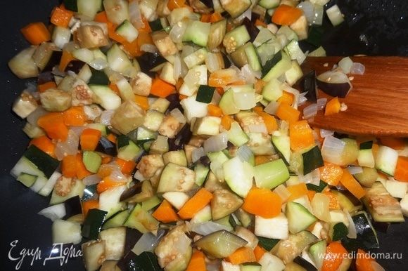 Добавить нарезанные овощи в сковороду, перемешать. Накрыть крышкой и продолжать жарить на небольшом огне до мягкости, периодически помешивая.