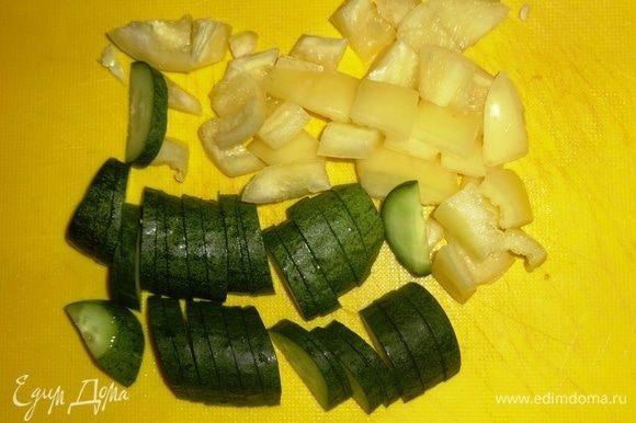 Перец и огурец вымыть. Перец очистить от семян. Нарезать перец небольшими кубиками, огурец полукружками.