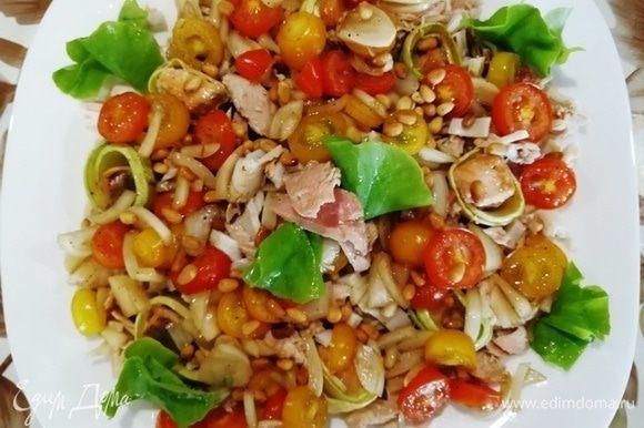 Сверху выкладываем маринованный лук с помидорами, украшаем зеленью, посыпаем кедровыми орешками.
