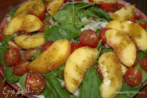 Соединить все ингредиенты для заправки. Добавить равномерно в салат.