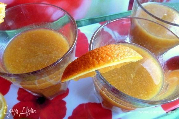 Размешать, разлить по порциям. Выжать апельсиновый сок (можно лайм или лимон).