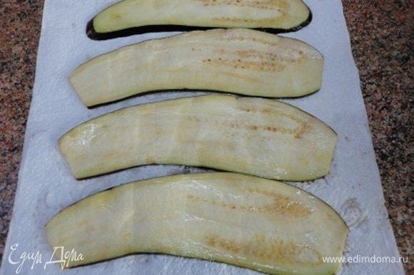 С овощей слить образовавшуюся жидкость и хорошо обсушите бумажными полотенцами.