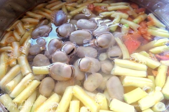 Вслед за картофелем высыпать фасоль и готовые бобы. Залить водой или бульоном.
