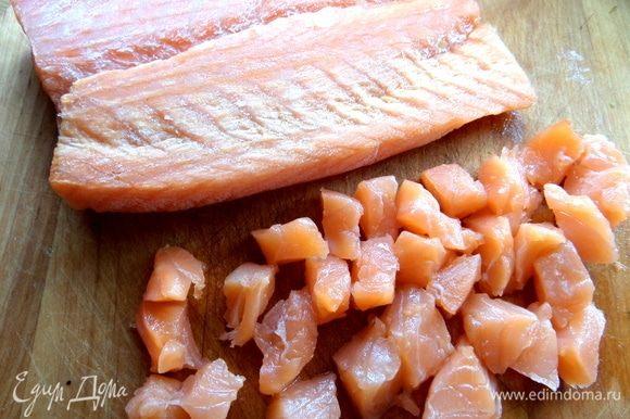 Филе лосося поделить на кубики.