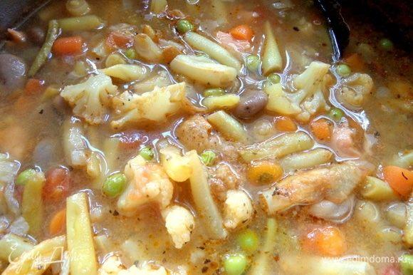 Варим еще минут 5–10 до готовности рыбы и горошка. Капуста варится тоже быстро.