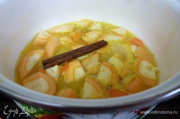 Пару средних морковок почистить и нарезать на кусочки. Из апельсинов и лайма счистить цедру и выдавить сок. Морковь выбирайте сладкую, попробуйте ее перед готовкой. Залить кусочки моркови соком цитрусовых и варить на маленьком огне до мягкости. Положить палочку корицы.