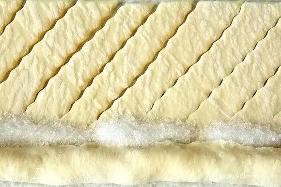 Закрыть изюм тестом и насыпать по краю сахар.