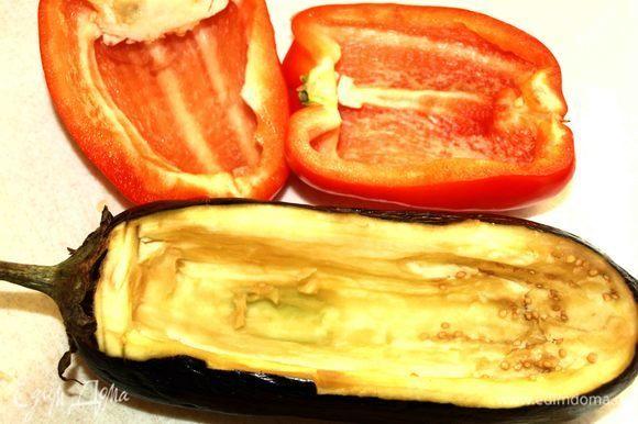 Перец, баклажан хорошо промыть. Небольшую часть баклажана срезать вдоль. Аккуратно вынимаем мякоть. Перец разрезаем пополам, очищаем от перегородок и семян. Шкурку овощей смазываем растительным маслом.