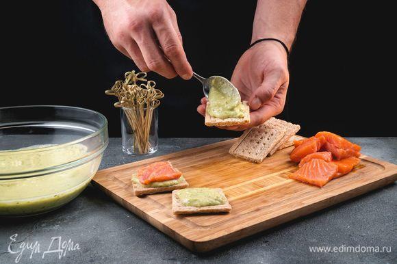 Намажьте каждую половинку хлебца соусом.