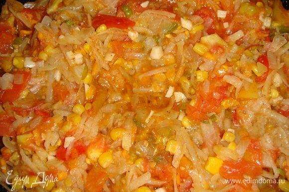 В сковороде разогреть масло и выложить овощи. Посолить и поперчить по вкусу и тушить минут 10–15.