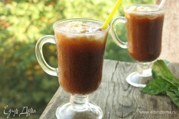 Сверху кладем ложку взбитых сливок. По вкусу свежий напиток с выраженным шоколадным вкусом и послевкусием кофе. Приятного!