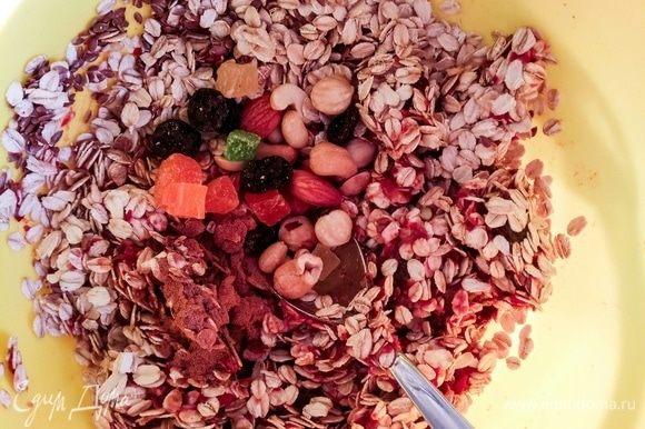 Измельчить ягоды и сухофрукты блендером. Добавить остальные ингредиенты, тщательно перемешать.