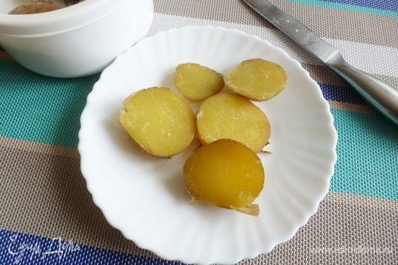 А пока поставьте вариться картофель в мундире. Вареную картошку нарезать на пятачки, не снимая шкурку. Лук нарезать на четвертинки.