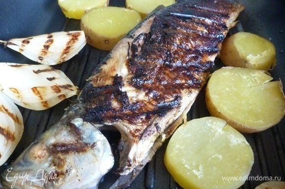 Когда пройдет указанное время, жарить рыбку на гриле или решетке до готовности, до золотистых бочков. Кружки картофеля сбрызнуть растительным маслом и отправить подпечься вместе с рыбой. Будет вкусный гарнир к ней. Так же подпеките лук и колечки лимона. Лук теряет свою горечь, становится сладким.