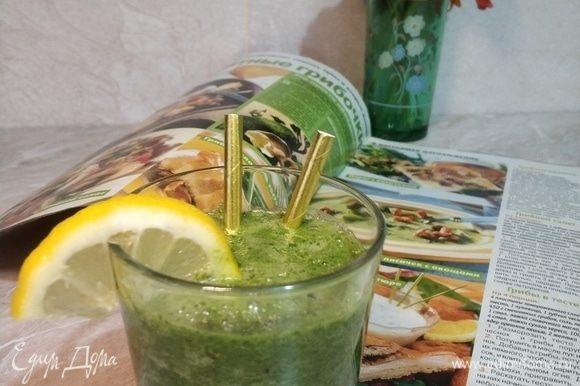 Наливаем смузи в стакан, долька лимона для яркости и любимый журнал для настроения. Доброе и яркое утро, новый радостный день!