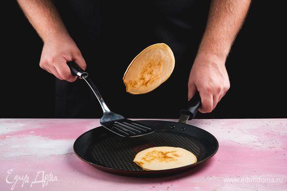 Разогрейте сковородку без масла. Выливайте по 2 ст. л. теста на сковороду. Как только появятся пузырьки, переверните панкейк на другую сторону. Таким образом пожарьте все панкейки.