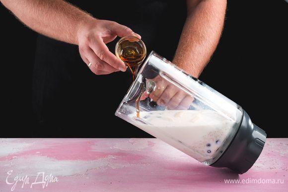Также по вкусу добавьте кленовый сироп и измельчите все до однородной консистенции.