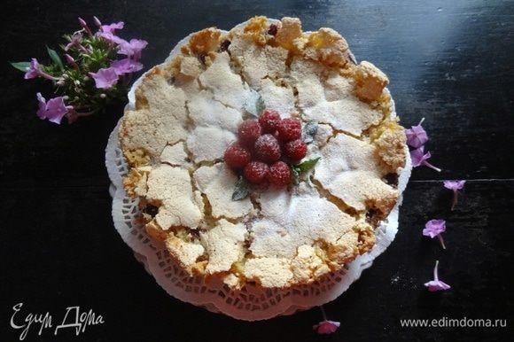 Остудить, извлечь из формы. Можно украсить малиной, листиками мяты, посыпать сахарной пудрой.