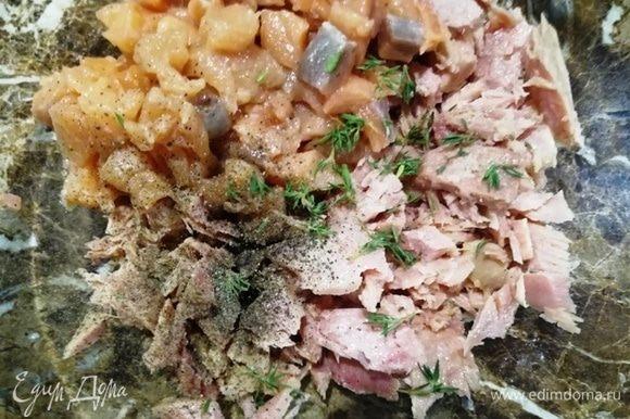 Семгу нарезаем мелким кубиком, добавляем к тунцу, солим и перчим по вкусу, добавляем листики тимьяна. Добавляем белок 1 яйца. Перемешиваем.