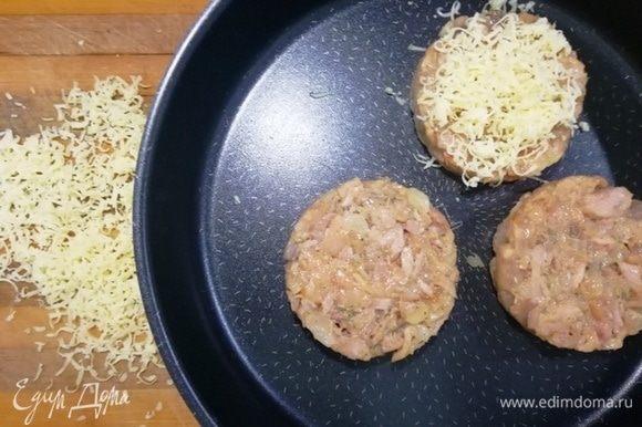 Посыпаем котлеты натертым сыром и запекаем при 180°C в течение 10 минут.