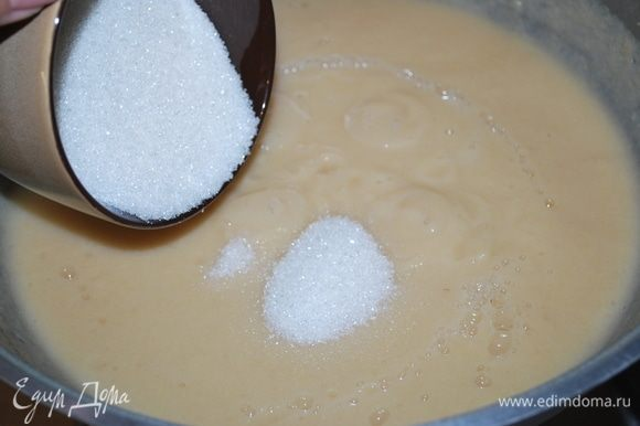 Добавляем сахар и увариваем пюре в течение часа. Можно вместо сахара добавить мед.