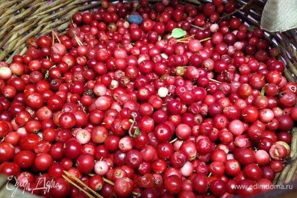 Переберите ягоду, хорошенько помойте в проточной воде, откинув на дуршлаг, дайте воде стечь.