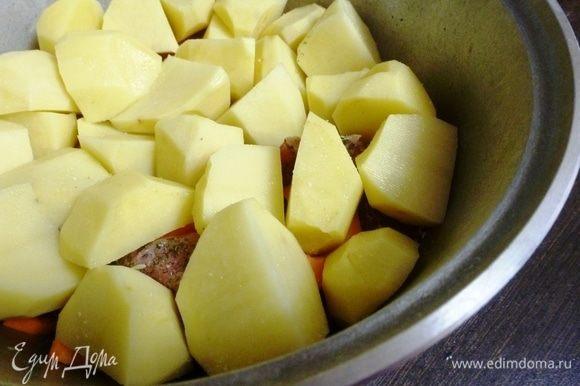 Картофель нарезать крупными кусками. Это второй слой цимеса. Посолить.