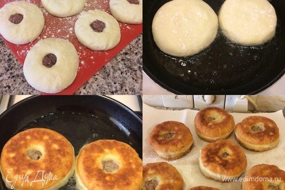 В сковороду с толстым дном наливаем масло, кладем беляши дырочкой вниз и жарим до готовности. Затем аккуратно переворачиваем и накрываем крышкой. Беляши будут готовы, когда внутри дырочки начнет кипеть мясной сок. Готовые беляши переложить на бумажную салфетку.