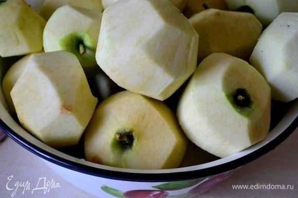 Яблоки лучше использовать не слишком сладкие — зеленые, с кислинкой будут просто идеальны. Очищаем их от кожуры.