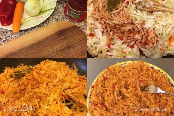 Начинка: лук, чеснок, морковь, болгарский перец потушить. Добавить капусту, перемешать и тушить 1–2 мин. В горячей воде развести томатную пасту, добавить сунели, перемешать и полить капусту. Все хорошо перемешать, добавить лавровый лист, накрыть крышкой и тушить 15 мин. В конце добавить сухую аджику, сванскую соль (по вкусу), перемешать, снять с огня и остудить.