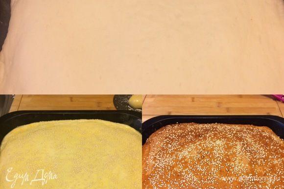 Желток смешать с молоком. Смазать пирог желтком и посыпать кунжутом. Выпекать пирог при 190°C 30–40 минут (ориентируйтесь по своей духовке).